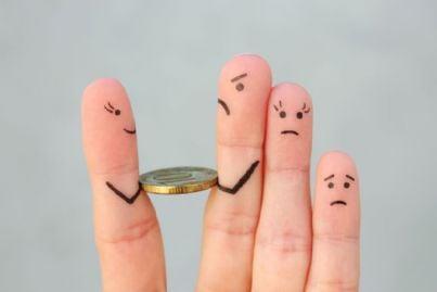 dita dipinte come famiglia e soldi