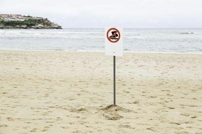 cartello divieto balneazione sulla spiaggia