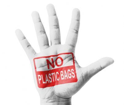 mano con su scritto divieto buste di plastica