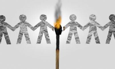 figure di persone divise da fiammifero concetto di istigazione