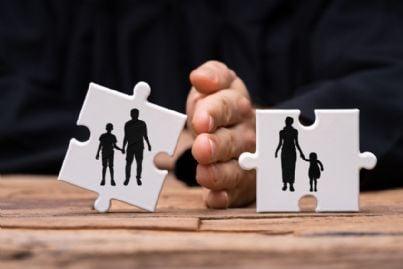 mano che divide in due famiglia concetto di divorzio
