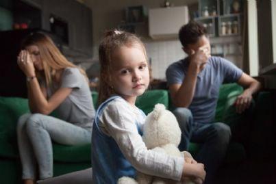 figlia triste con genitori separati