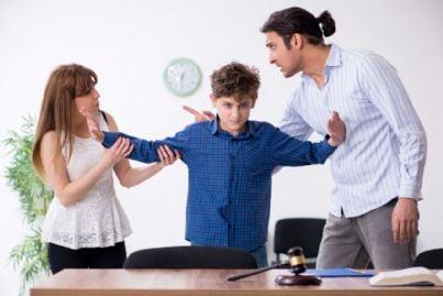 bambino che viene ascoltato dal giudice nella separazione dei genitori