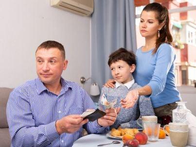 moglie con figlio in braccio chiede soldi a marito