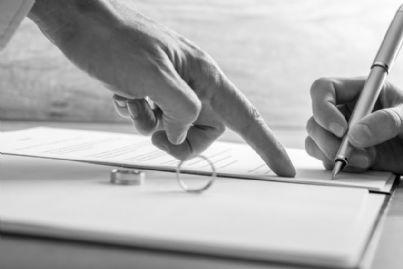 firma del divorzio con anelli sul tavolo