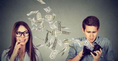 moglie e marito con soldi