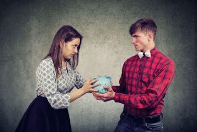 donna e uomo si contendono soldi per divorzio