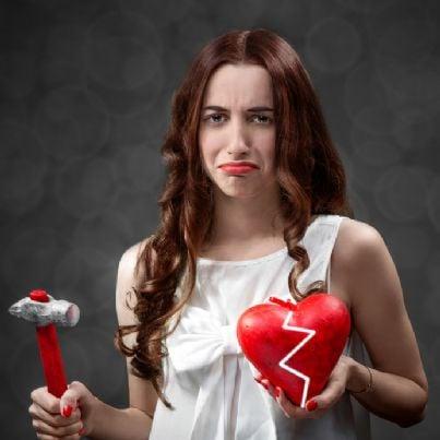donna triste con cuore spezzato per divorzio