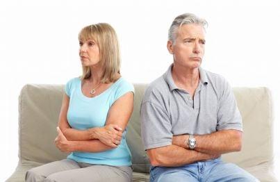 coppia anziana divorziata seduta sul divano