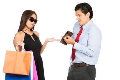 donna chiede soldi mantenimento ma uomo mostra portafogli vuoto
