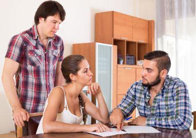 donna che fa firmare mantenimento al marito in presenza di altro convivente