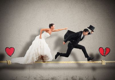 uomo scappa da donna vestita da sposa