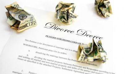 provvedimento di divorzio con soldi accartocciati