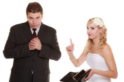 donna con vestito da sposa che chiede soldi al marito