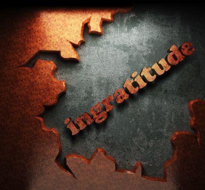 parola ingratitudine su sfondo anticato