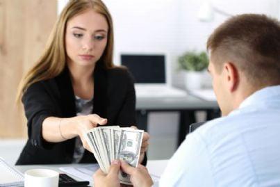 donna accetta denaro in cambio di riparazione stalking