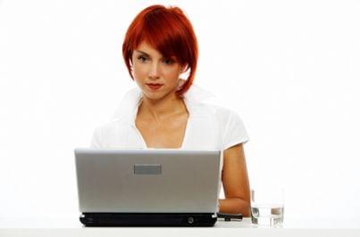 Donna che scrive al computer