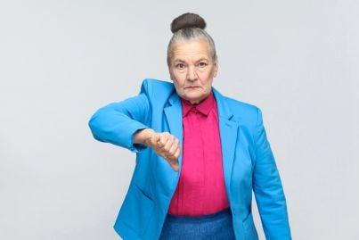 donna anziana fa segno di no con la mano
