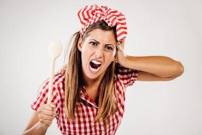 donna arrabbiata con cucchiaio di legno in mano