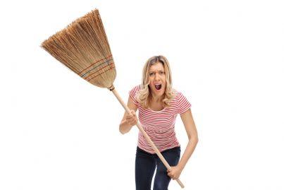 donna arrabbiata con una scopa in mano