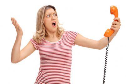 donna arrabbiata al telefono