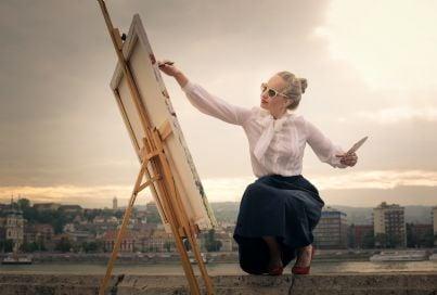 donna dipinge un quadro