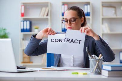 donna arrabbiata strappa contratto