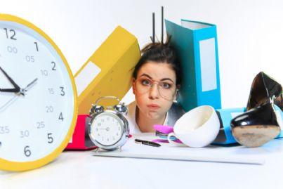 donna stressata dal troppo lavoro