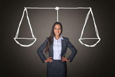 avvocato donna con bilancia sorride