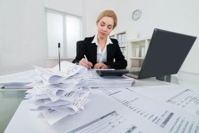 donna che calcola tasse per il fisco