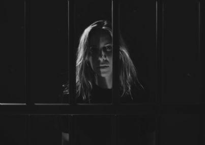 donna dietro le sbarre in carcere
