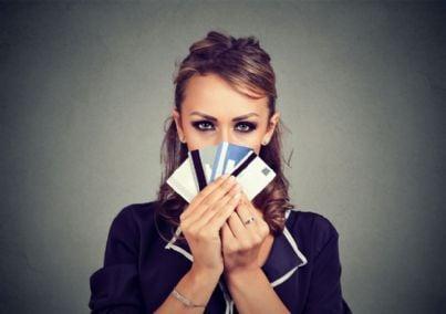 donna con carte di credito