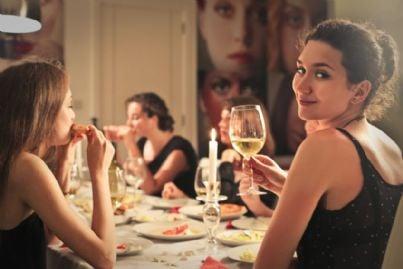 donna ad una cena elegante
