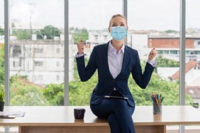 donna con mascherina in ufficio per coronavirus