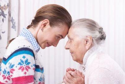 caregiver con anziana mostra affetto