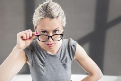 donna con gli occhiali e la faccia dubbiosa