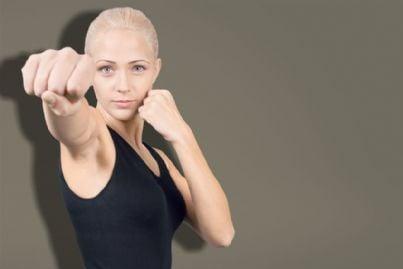 donna fa kickboxing per difesa personale