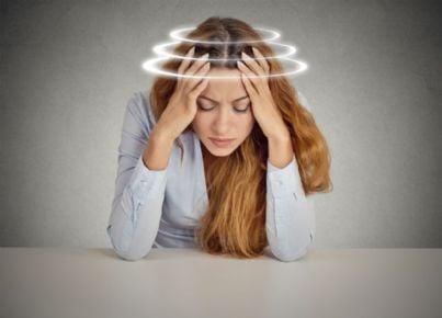 donna con forte mal di testa