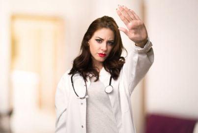 donna medico che dice stop a violenza