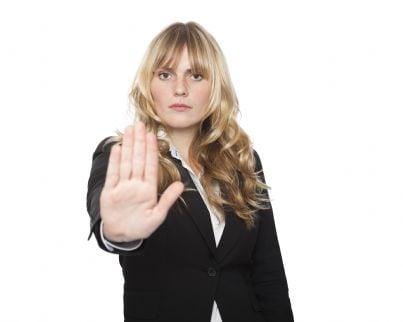 donna con la mano dice stop a violenza