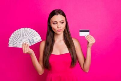 donna sceglie tra contanti e bancomat