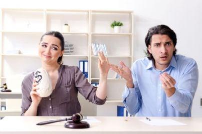 donna prende soldi da uomo per divorzio