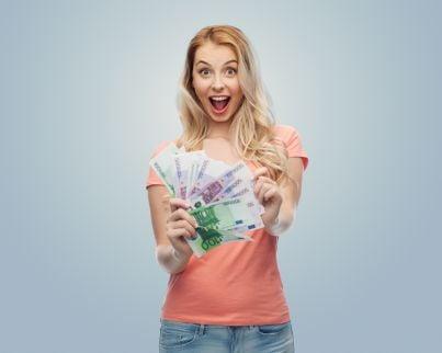 donna felice che mostra soldi vinti