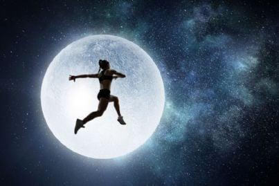 donna sportiva che salta fin sulla luna