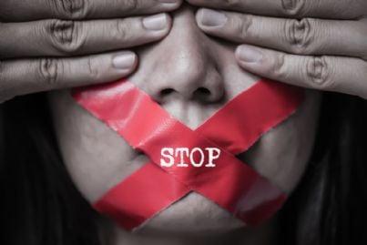 donna con cerotto bocca stop violenza