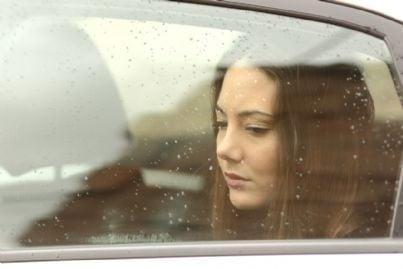 donna triste guarda dal finestrato di una auto