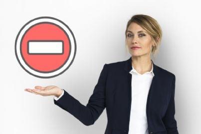 donna mostra cartello con divieto