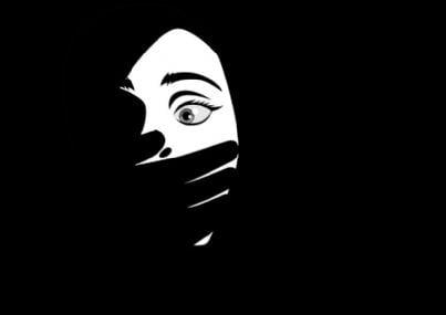 immagine in bianco e nero con donna con mano sulla bocca