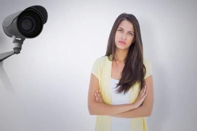 donna annoiata ripresa da telecamera