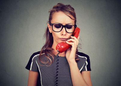 donna annoiata al telefono